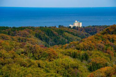 高岡市二上山万葉ラインから望む秋の立山連峰と紅葉