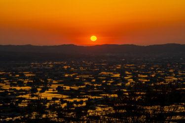 となみ夢の平散居村展望台から望む水田に映る夕日