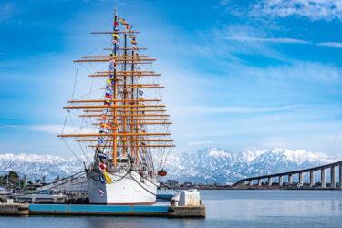 立山連峰バックの帆船海王丸の満船飾 in  海王丸パーク(2021/2/14)